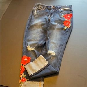 Skinny ankle jeans with floral appliqué